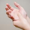 手指のしびれと痛み、女性に多い手根管症候群だった!