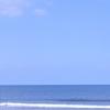 散文夢想「潮騒を連れて夏の初めの海原が弾いて飛ばす反射光」。