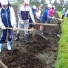 小学校でお米作り①|田起こし体験