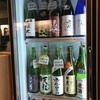 早稲田『升本小澤商店』オシャレな角打ちでいただく珠玉の日本酒は1杯210円から。当店名物の『白鷹』の樽酒はマストで飲むべし!