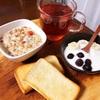 今日の朝食ワンプレート、トースト、紅茶、フルーツグラノーラ、バナナブルーベリーヨーグルト