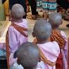 ヤンゴン散歩。(小尼ガールズ)の頭はボコボコ。