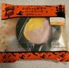 かぼちゃも紫いもも一度に味わえる 『ローソン プレミアム かぼちゃ&紫芋のロールケーキ』 を食べてみました。