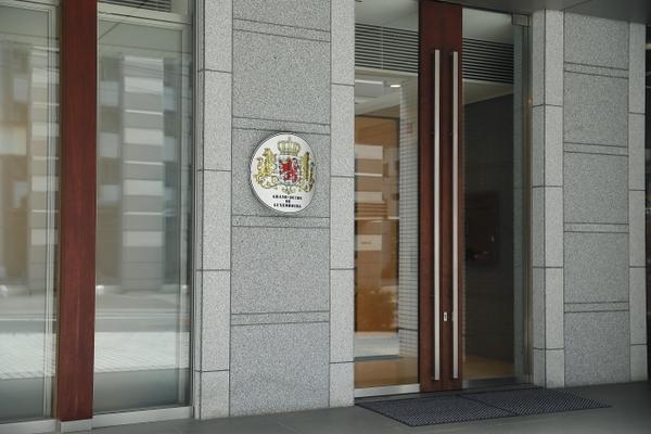 大使館と大使公邸がひとつ屋根の下に! 特別な住まいならではの住み心地とは?