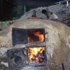 炭焼き窯に火を入れて、窯そのものを焼いていく