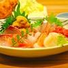 豊洲の「小田保」で刺身盛り合わせ(まぐろ2種、金目鯛、とびうお、うに他)、カキフライ。