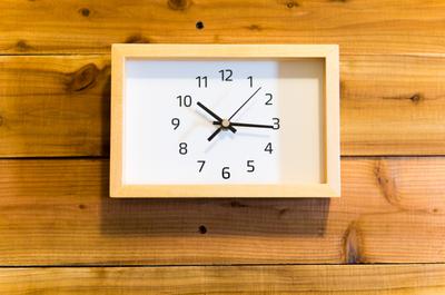 【1500円のニトリ置き掛け時計】どんな部屋にもかっこよく馴染むし、連続秒針なのに安っぽくないのでおすすめ。