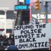 【黒人差別】警察予算を削減しろ、との過激プラカード