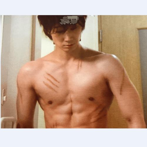 綾野剛の肉体美(筋肉)を作った食事制限なしのダイエット方法がヤバい!?