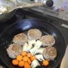 幸運な病のレシピ( 2072 )朝:ハンバーグ(タケノコ・人参・舞茸・モヤシのソテーのケチャップソース)、鮭、タケノコどっさり蕎麦、マユのご飯