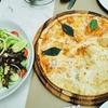 フォンちゃんとデートランチ、ピザとサラダです。
