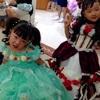 カミさんの姪甥(娘の従姉弟たち)の誕生日祝い記念撮影に便乗。緑のドレスとエルサのドレス。