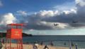 極めて低空で読谷のビーチ上空を飛行するオスプレイ - 横田基地では銃口を住宅地に向けたまま飛行する事例が急増