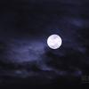 雲を照らす満月