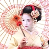 和服に和傘の舞妓さん