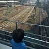 新宿駅新南口のペンギン広場に行ってきたよ〜電車が真下を通る圧巻のトレインビュー!!