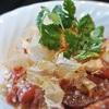 トマトとカッテージチーズのサラダ、まぐろのふしまぶし