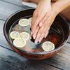 2 cách làm sạch móng tay cho các bạn gái