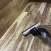 虫喰い楢床材に木工用みつろうクリーム液体バージョンの試し塗り