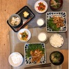 ごはん、生姜焼き、ピーマンの三色ナムル、小松菜とカニカマの味噌汁