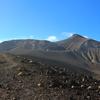 【十勝岳】硫黄臭漂う現役の活火山、豪華絢爛な花ロードと富良野岳への惑星稜線、対照的な雄峰を巡る超A級周回コースの山旅
