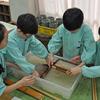 2018/02/16明星小学校での和紙すき体験は笑顔でいっぱいだった