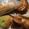 金沢市額谷にあるパン屋こくうで、いつものあんバターの他、アップルパイ、クロワッサン、クリームチーズあずきベーグル。