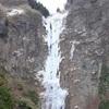 例年より早く阿蘇市の「古閑の滝」が凍る