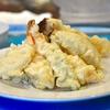 豊洲の「やじ満」で天ぷら盛り合わせ(大海老、牡蠣、鶏肉、蓮根、獅子唐)。