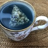 ミニマリストのローランド様。愛飲するのはなんと不老不死の青いお茶!