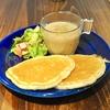 新代田の「kitchen and CURRY」でカレーとパンケーキとサラダのモーニングプレート(ノーザンルビーとごぼうの豆乳ポタージュカレー)、フルーツティー(いちご)。