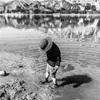 春休みの朝、子どもと湖畔を散歩しながら遊ぶひととき。