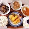 天ぷら盛り合わせ、きくらげと玉子のポン酢かけ、小粒納豆、バナナヨーグルト。