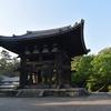 東大寺 鐘楼/建造物は鎌倉期、釣り鐘は奈良時代。口径270センチ、重さ37トン。実験的で、ユニーク。