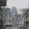 福山城を眺めながら歩いた。