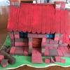 小学生夏休みの宿題に工作キットでレンガハウスの貯金箱を作りました