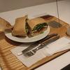 渋谷の「ボン・ヴィヴァン」で海老とアボカドのサンド、5種のスーパーフードサラダ、スムージー(RED)。