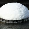 皆で担げや、えっさっさ 川面にできた雪の塊