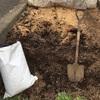 もみがらとんぷん堆肥を撒く