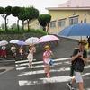 登校の風景:最後の日も雨