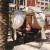 屋外にある海外テント!