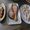 幸運な病のレシピ( 1584 )朝:ゴボウ人参牛肉の野菜炒め、鮭、鳥ムネの網焼き、味噌汁、マユご飯