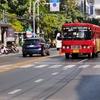 トンローを走る赤バス
