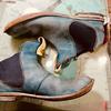 朽ち果てながら美しく育つ革靴
