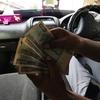 ミヤンマー人の手とお金(チャット)