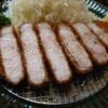 石川県野々市市高橋町にあるとんかつ専門店かつ坊で、断面が美しい茶美豚(ちゃーみーとん)ロースかつ定食。