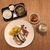 おにぎらず、枝豆入りふわふわ玉子、ピンチョス(?)、キムチ、ノンアル