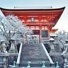 雪の清水寺の光景、青空と白銀の世界。