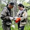 国後島のクリル自然保護区でシマフクロウのヒナに標識取り付け