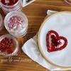 赤色ハートブローチの刺繍をすすめています。